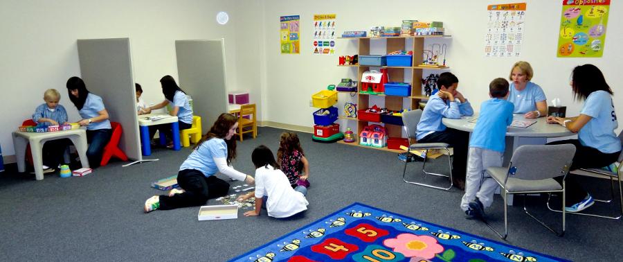 بررسی و معاینه کودک اوتیسم.jpg